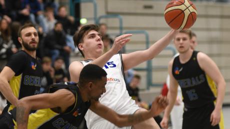 Gegen den zweitplatzierten TSV Gersthofen ließen bei den Baskets (mit Konstantin Krippner, in Weiß) in der Verlängerung die Kräfte nach.