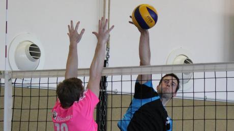 Thomas Wolf (hier am Ball gegen Ingolstadt) und die Volleyballer des TSV Inchenhofen liegen nach den nächsten beiden Siegen auf Platz zwei der Tabelle. Jetzt hat das Team Spielertrainer Siegfried Goßler aber erst einmal länger Pause.