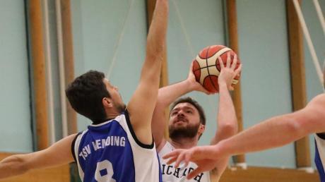 Dennis Stancu (am Ball gegen Wemding) und die Aichacher verloren beim Tabellenführer Leitershofen.