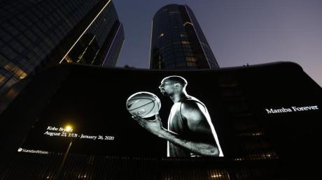 Ein Porträt des tödlich verunglückten Kobe Bryant wird auf einer Monitorwand vor dem Staples Center in Los Angeles angezeigt.