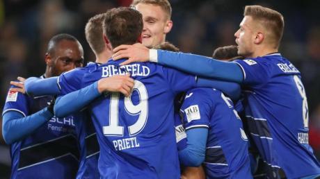 Die Bielefelder feiern den 2:0-Sieg gegen den VfL Bochum.