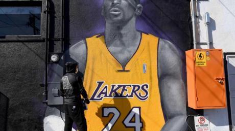 Mister Alek, ein Grafitti-Künstler, sprayt in Long Beach in L.A. ein Bild des gestorbenen Basketball-Stars Kobe Bryant auf eine Wand.