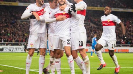 Die Stuttgarter Spieler feiern das 2:0 gegen Heidenheim.