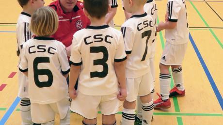 Taktikbesprechung bei den Nachwuchsfußballern des CSC Batzenhofen-Hirblingen, die am Wochenende ihr eigenes Hallenturnier bestritten.