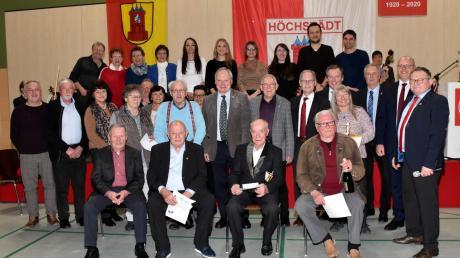 Die geehrten langjährigen Mitglieder der SSV Höchstädt mit den Offiziellen und Gratulanten.