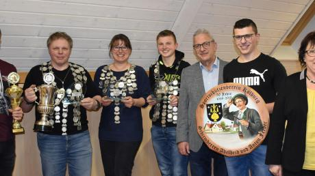 Kölburgs Preis- und Titelträger (von links) Daniel Pfeifer, Hans Seel, Tanja Rößner, Stefan Pfeifer sowie die Stifter der Königsscheibe Anton und (rechts) Adelheid Ferber mit dem Gewinner der Scheibe Benedikt Färber.