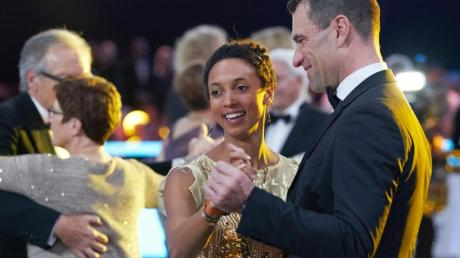Weitsprung-Weltmeisterin Malaika Mihambo tanzt beim 50. Ball des Sports mit Sporthilfe-Geschäftsführer Michael Illgner (r).