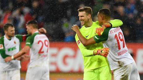 Freude und Erleichterung nach dem Heimerfolg des FC Augsburg gegen Bremen. Torhüter Andreas Luthe umarmt Abwehrspieler Felix Uduokhai. Nun hofft er, dauerhaft zwischen den Pfosten zu stehen.
