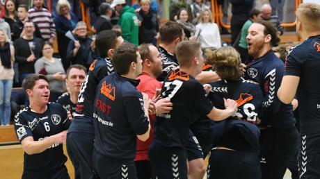 So sehen Sieger aus: Zusammen mit 350 begeisterten Fans feierten die Niederraunauer Landesliga-Handballer den unerwarteten Heimerfolg.