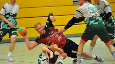 Voller Einsatz am Kreis: Gundelfingens Nico Ruchti (mit Ball) wird von der Allacher Abwehr gefoult.