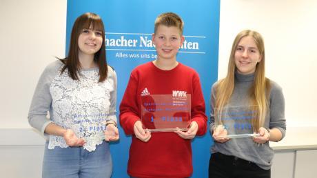 Die Gewinner bei der Wahl zum AN-Sportler des Jahres 2019 bekamen in der Redaktion der Aichacher Nachrichten ihre Pokale überreicht: (von links) Veronika Pfaffenzeller (zweiter Platz) , Elias Schwarzmaier (Sieger) und Jasmin Welzel (ebenfalls zweiter Platz).