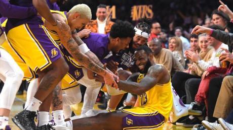 LeBron James (sitzend) wird nach mehreren erfolgreichen Drei-Punkte-Würfen für die Lakers von seinen Mitspielern bejubelt.