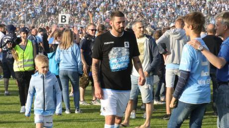 Sascha Mölders (hier nach dem 3:0-Erfolg der Münchner Löwen 2018 beim Pipinsried) wird nicht ins Dachauer Hinterland zurückkehren. Der Ex-Bundesligaspieler wird nicht Spielertrainer beim FCP. Die Trainersuche geht also weiter im Dachauer Hinterland.