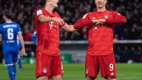 Benjamin Pavard (l) und Bayern-Torjäger Robert Lewandowski bezwangen daheim 1899 Hoffenheim.