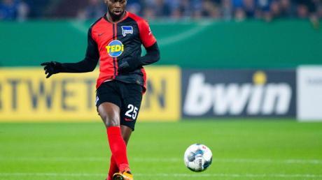 Herhtas Jordan Torunarigha spielt auf Schalke den Ball.