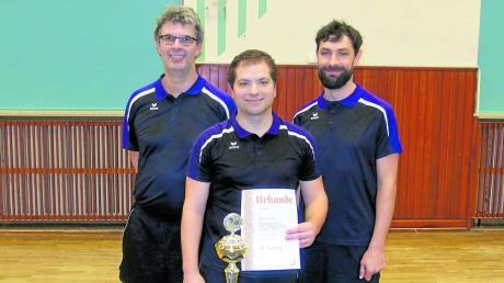 Das erfolgreiche Trio des TTC Friedberg, das sich mit Siegen gegen Mering und den Post SV IV den Bezirkspokal sicherte, von links: Rainer Hoksch, Michael Frank und Daniel Stock.