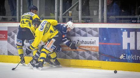 """In der Vorrunde unterlagen die Landsberg Riverkings (rechts Mika Reuter) zu Hause dem EHC Waldkraiburg. Auswärts gab es für den HCL aber inzwischen zwei Siege gegen """"Die Löwen"""", jetzt will man am Freitag auch zu Hause punkten"""