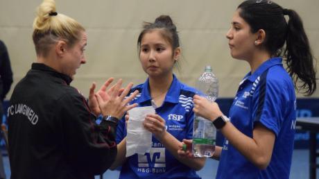 Die richtige Einstellung will Langweids Spielertrainerin Cennet Durgun ihren Spitzenspielerinnen Loan Le und Nathaly Paredes (von links) vor dem richtungsweisenden Spiel gegen Neckarsulm vermitteln.