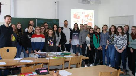 Strahlende Gesichter nach einer außergewöhnlichen Englisch-Stunde: Lehrer Manuel Hollmann (links) und seine Schülerinnen der Klasse 8b der Maria-Ward-Realschule in Neuburg hatten am Donnerstag Panther-Kapitän Dustin Friesen zu Gast.