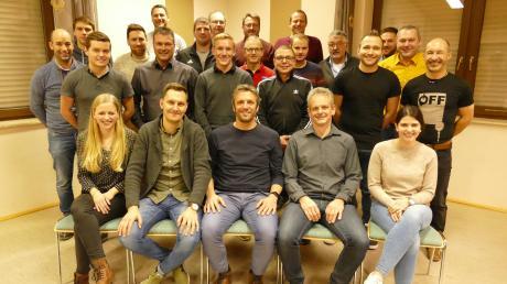Die Mitglieder des Vereinsausschusses der SpVgg Deiningen mit den neu gewählten Vorständen (vorne in der Mitte sitzend von links) Michael Jais (3. Vorsitzender), Georg Bayr (1. Vorsitzender) und Markus Schröppel (2. Vorsitzender).