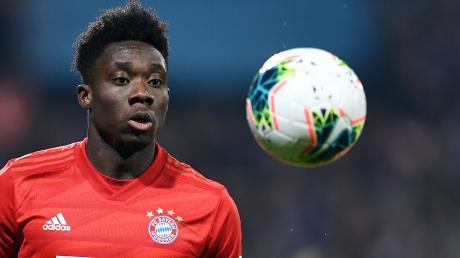 Alphonso Davies hat seinen Vertrag beim FC Bayern München verlängert.