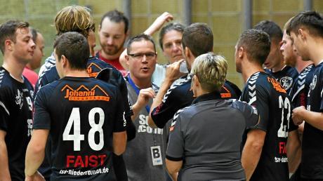 Der Raunauer Trainer Mihaly More (Mitte) ist trotz schwankender Leistungen und Verletzungspechs optimistisch, dass man schon bald nichts mehr mit dem Abstieg zu tun haben wird.