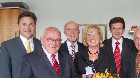 Das Ehepaar Günter und Edeltraud Wirth (vorne) bei einer ihrer zahlreichen Ehrungen. Im Jahr 2008 wurde ihnen der Verdienstorden der Bundesrepublik Deutschland verliehen. Mit auf dem Bild hinten von links: Landrat Leo Schrell, Buttenwiesens 2. Bürgermeister Christian Knapp und MdL Georg Winter.