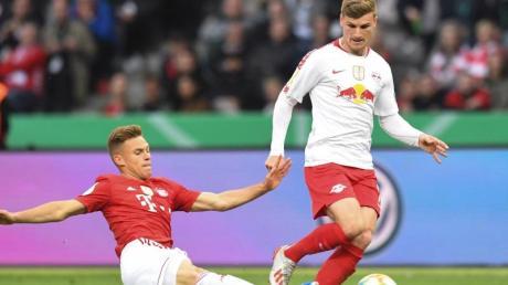 Bayerns Joshua Kimmich (l) und Leipzigs Timo Werner (r) kämpfen um den Ball.