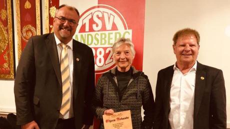 Harry Reitmeir, Chef des TSV-Ehrungsrats (links) und Vorsitzender Hanns Haedenkamp mit dem neuen Ehrenmitglied Marianne Staroste.
