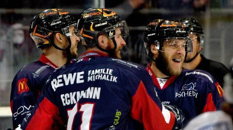 Es gab eine Menge zu feiern am Sonntagabend im Neu-Ulmer Eisstadion: Die Devils fertigten den bis dahin ungeschlagenen Spitzenreiter Buchloe mit 7:1 ab.