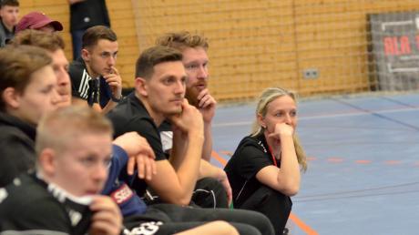 Ein Bild spricht Bände: Mit fast ungläubigen Mienen verfolgen die Spieler des TSV Friedberg und Trainerin Christina Seidel das, was sich auf dem Parkett in der TSV-Halle abspielt.