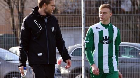 Beim 4:4 des FC Gundelfingen im Test beim TSV Kottern: Trainer Martin Weng (links) und Mittelfeldakteur Janik Noller waren nicht restlos zufrieden.