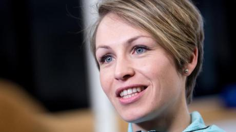 Die ehemalige Biathletin Magdalena Neuner spricht während einer Pressekonferenz.
