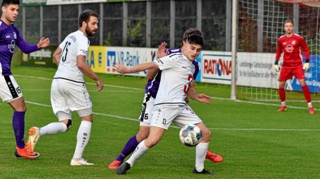Alessandro Mulas (am Ball, links Philipp Siegwart) erzielte im Testspiel gegen Kempten zwei Tore für den TSV Landsberg.