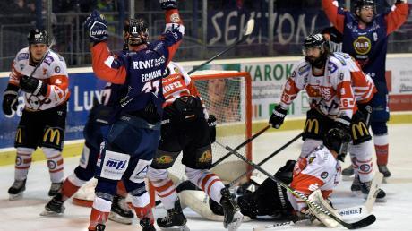 Freude der Devils beim 2:0 gegen die Buchloe Pirates. Am Ende wurde es noch deutlicher: 7:1 stand es im Eisstadion.
