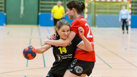Katharina Spies (dunkles Trikot) kam zwar auf vier Tore, konnte die Niederlage des TSV Mindelheim gegen den TSV Landsberg auch nicht verhindern.