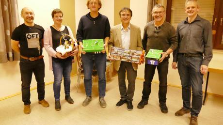 Ein Stück Deininger Vereinsgeschichte (von links): 3. Vorsitzender Matthias Strauß, Judith Erdle, Siggi Herrle, Toni Kutscherauer, Egon Betzler und 2. Vorsitzender Markus Schröppel.