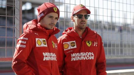 In Erwartung ihres neuen Dienstwagens: Die Ferrari-Piloten Charles Leclerc (links) und Sebastian Vettel.