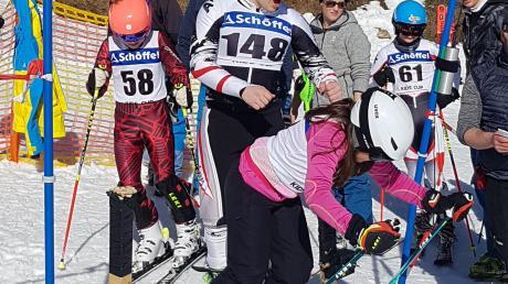 Thea Porta wird von Moritz Stahl (beide DJK) in den Lauf geschickt. Mit der Startnummer 58 folgt Amelie Markgraf (SCK).
