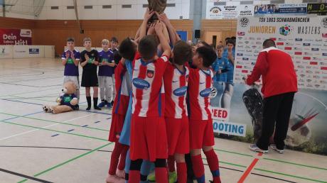 Groß war der Jubel, als die Jungs des 1. FC Heidenheim den Siegerpokal in Empfang nehmen durften.
