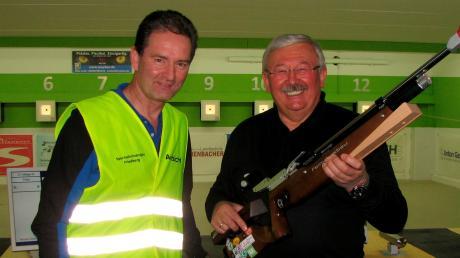 Günter Friedl (rechts) erzielte das beste Resultat aller Auflageschützen und wurde Gaumeister. Gausportleiter Josef Schmid gratulierte ihm zu dem Titel.