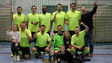 Sie kamen, spielten und siegten: Die kurzfristig zusammengestellte zweite Mannschaft des SSV Anhausen sicherte sich beim eigenen AH-Turnier den Sieg.