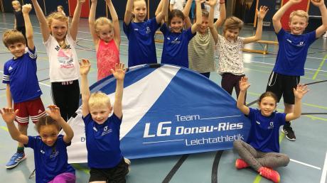 Elf junge Leichtathletinnen und Leichtathleten des TSV Nördlingen waren beim Hallensportfest in Rain am Start.