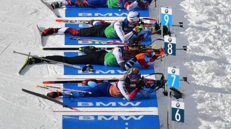 In Antholz beginnt die Biathlon-WM mit der Mixed-Staffel: Biathleten trainieren am Schießstand.