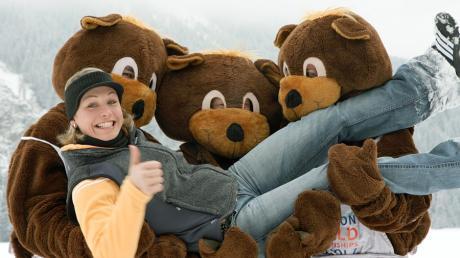 Keine Angst vor Bumsi: Magdalena Neuner posiert mit den Maskottchen der Biathlon-WM.