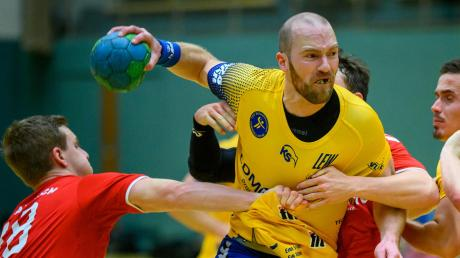 Die Aichacher Handballer (in Rot) müssen im Heimspiel gegen den Tabellenzweiten Haunstetten in Abwehr und Angriff hinlangen, dann haben sie eine Chance.