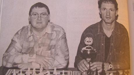 Dillingens erfolgreiche Schachspieler bei den nordschwäbischen Blitzmeisterschaften in Welden. Links im Bild Ulrich Bäuml (Rang drei) und rechts Sieger Vitus Lederle.