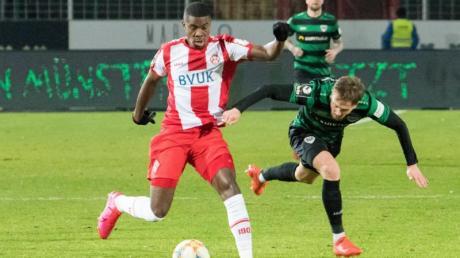 Leroy Kwadwo (r) von den Würzburger Kickers wurde in der Partie bei Preußen Münster von einem Zuschauer rassistisch beleidigt.