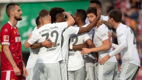 Jubelnde Bayern, bedröppelte Kölner: Beim 4:1-Sieg lag der FC Bayern früh vorne.