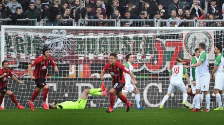 Der Ball im Tor, Tomas Koubek am Boden. Beim Unentschieden gegen Freiburg leistete sich der FCA-Torhüter einen weiteren Fehler mit Folgen.